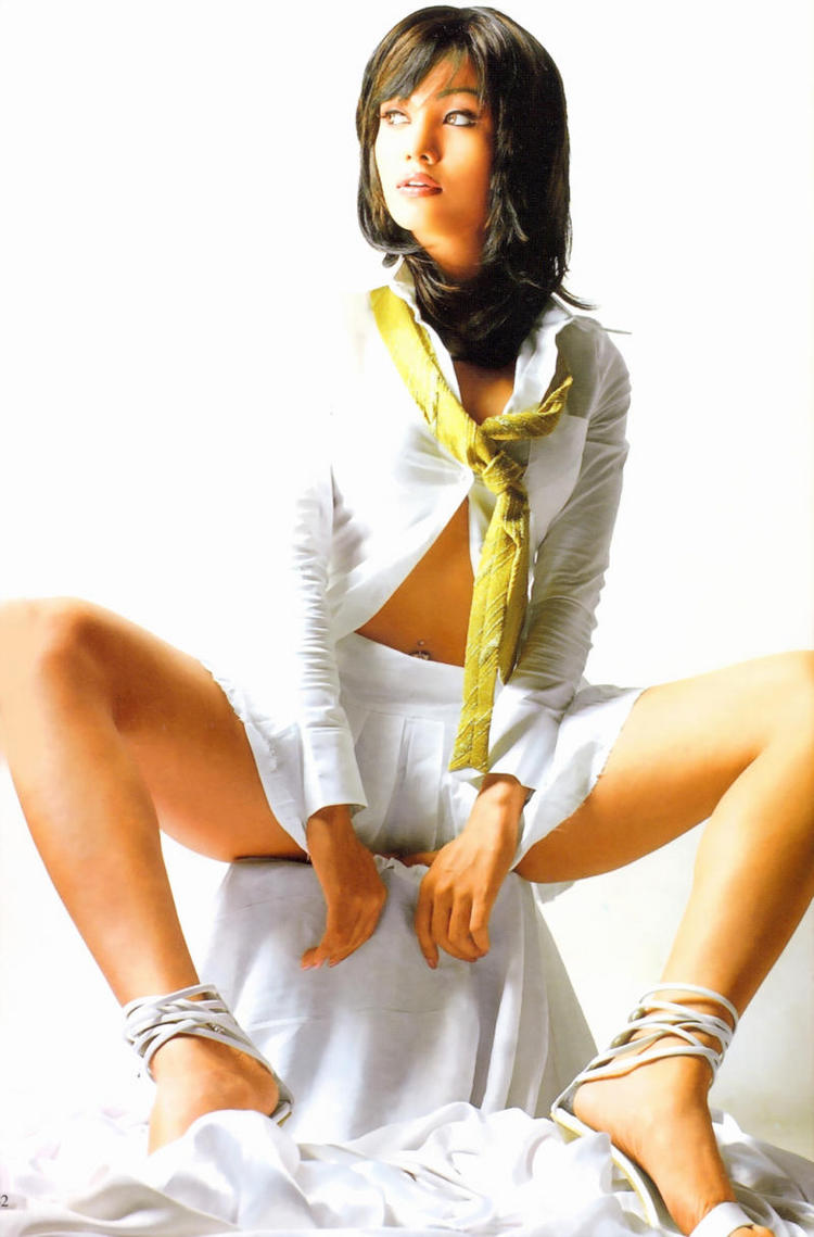 Koena Mitra Hot Pose Gorgeous Face Look Wallpaper