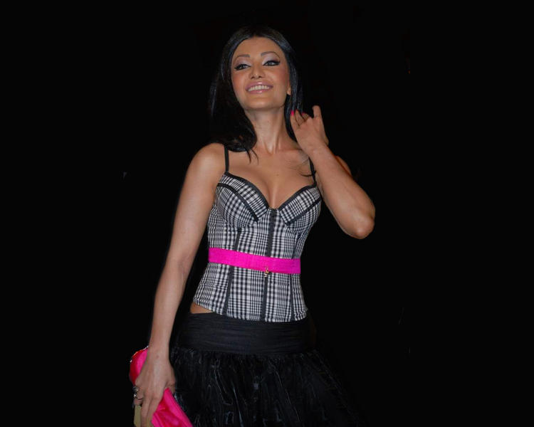 Koena Mitra Open Boob Show Beauty Smile Wallpaper