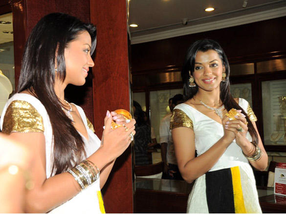 Mugdha Godse wearing jewellery at at launch of Gitanjali's jewellery saving plan