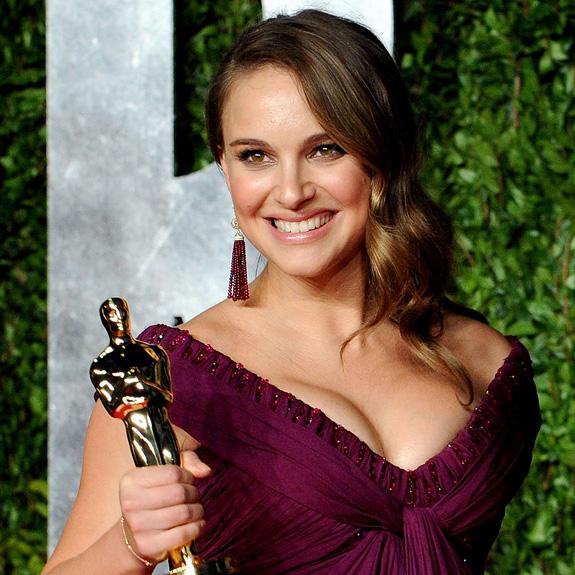 Natalie Portman Open Boob Sweet Smile Pic With Award