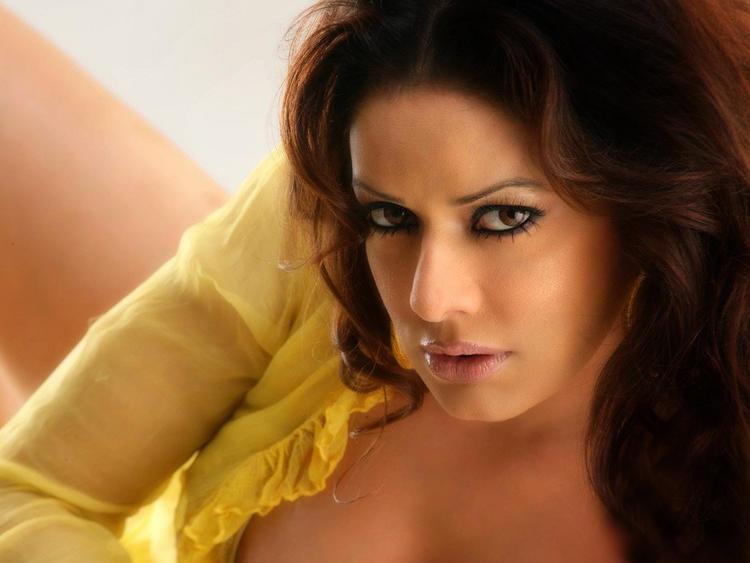 Poonam Jhawar Hot Romantic Face Wallpaper