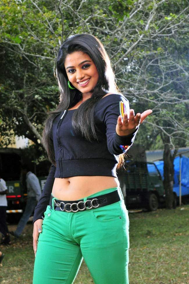 Priyamani Hot Navel Exposing Stunning Pic