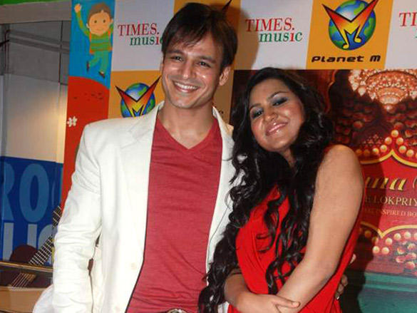 Rajnigandha Shekhawat and Vivek Oberoi poses
