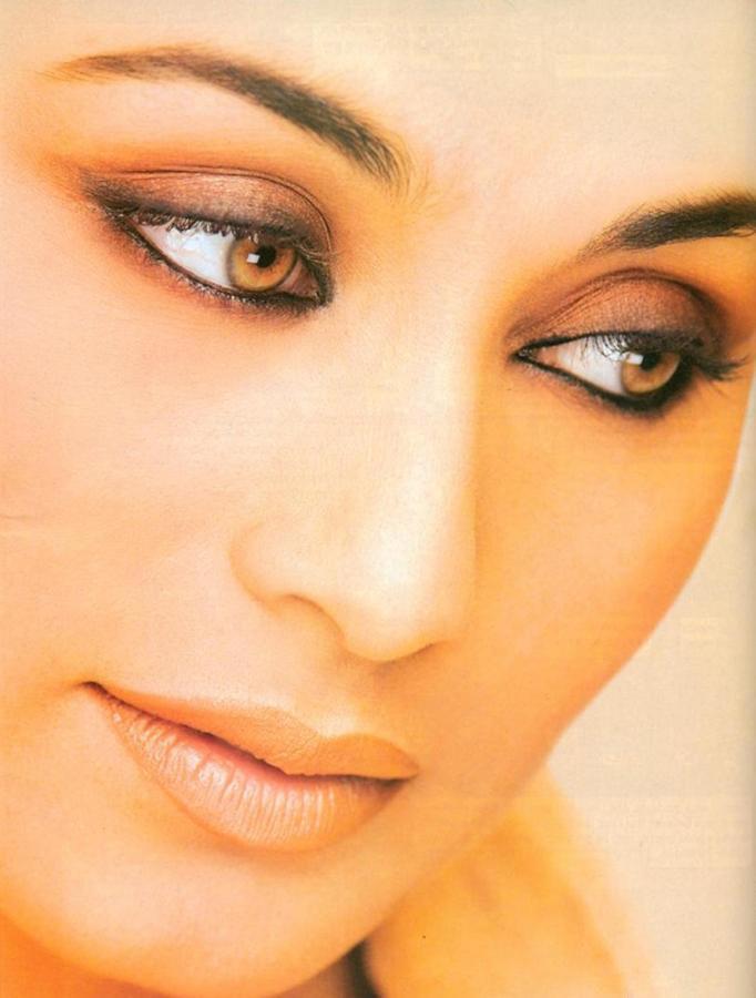 Rani Mukherjee Sexy Glazing Eyes Look Wallpaper