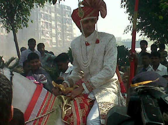 Ritesh Deshmukh arriving on horse back with the baaraatis at his wedding