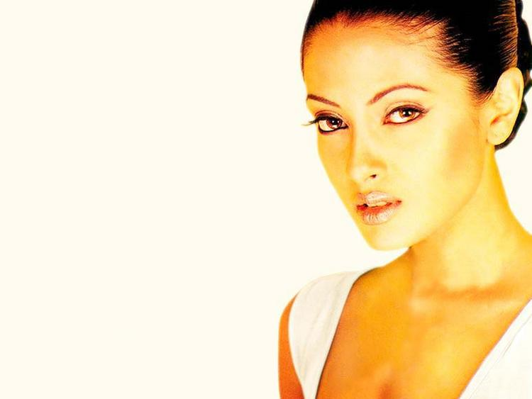 Riya Sen Glam Face Wallpaper