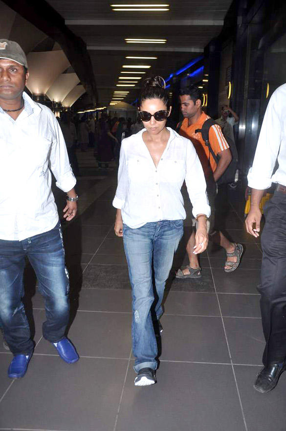 SRK's Wife Gauri Khan Spotted at International Airport