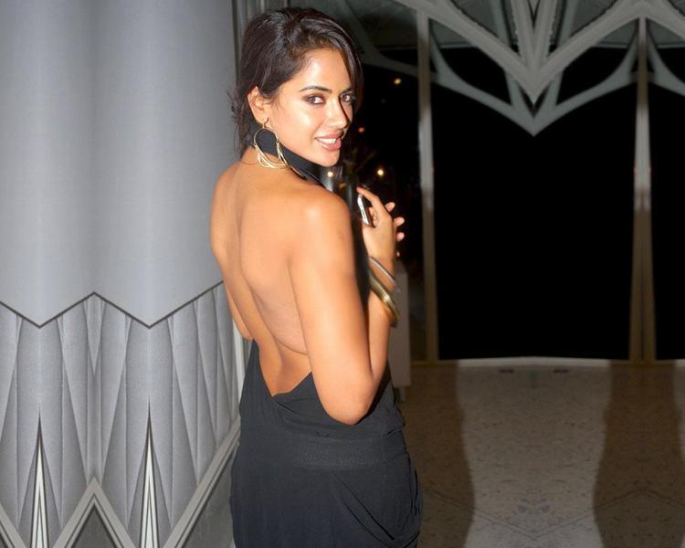 Sameera Reddy Sexy Back Bare Pic