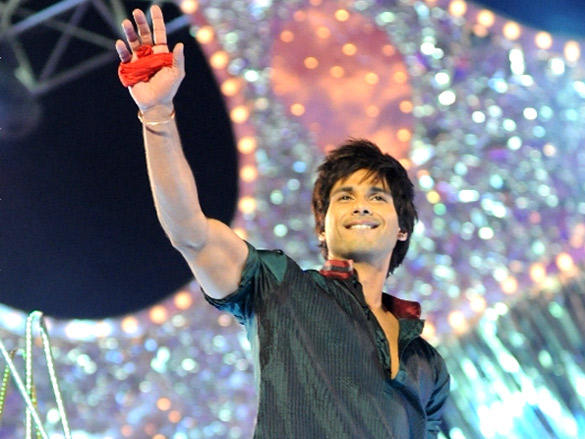 Shahid kapoor perform on Stage at 2012 Colors Screen Awards