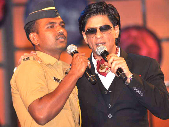 Shahrukh Shares The stage with a cop at Umang 2012