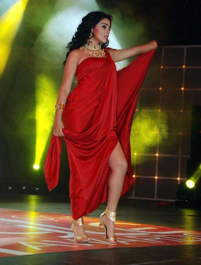 Shriya Saran Sexy Red Dress Still