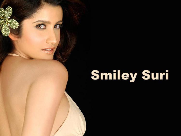 Smiley Suri Sexy Expose Wallpaper
