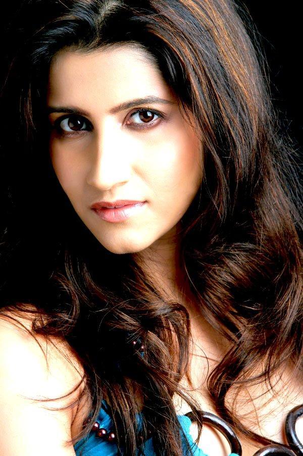 Smiley Suri Sizzling Hot Sexy Look Wallpaper