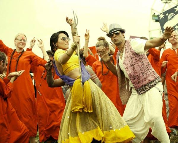 Sonakshi Sinha and Akshay Dance Still In Joker