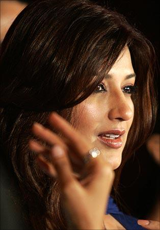 Sonali Bendre Side Face Gorgeous Pic