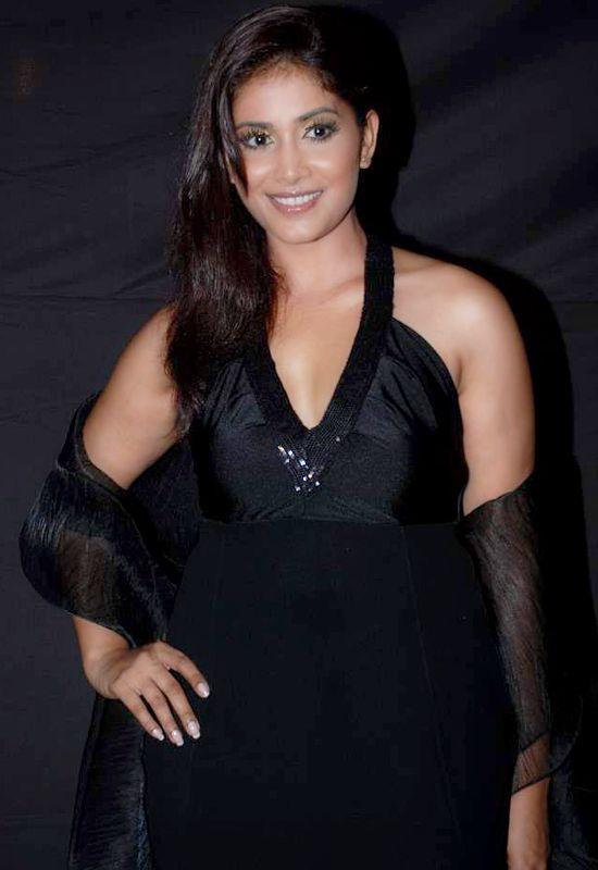 Sonali Kulkarni Black Dress Sweet Look Wallpaper