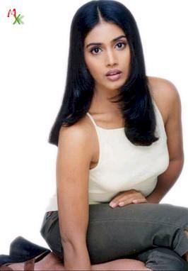 Sonali Kulkarni Cute Hot Look Wallpaper