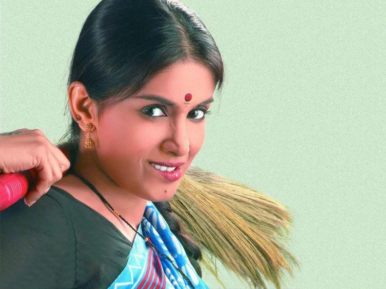 Sonali Kulkarni Cute Look Wallpaper