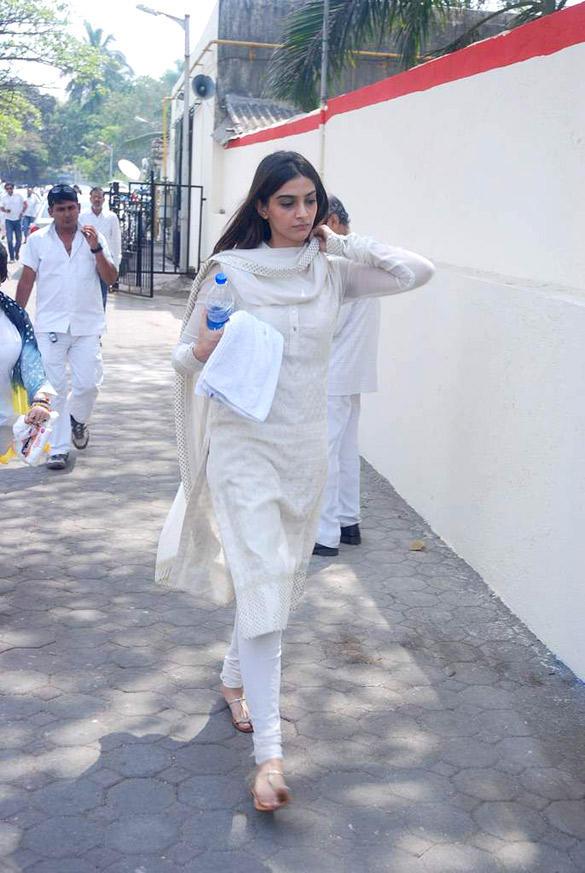 Sonam Kapoor Attend Mona Kapoor's Funeral