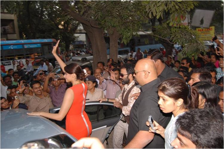 Sonam Kapoor sees off her fans At Reliance Digital, Pune