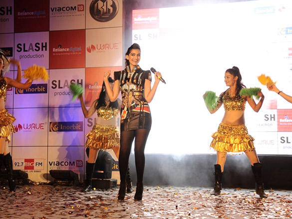 Sonam amuzes audience at Inorbit Mall