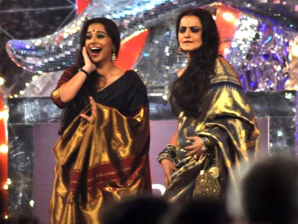 Vidya Balan receives some seductive dance tips from Rekha during Screen Awards