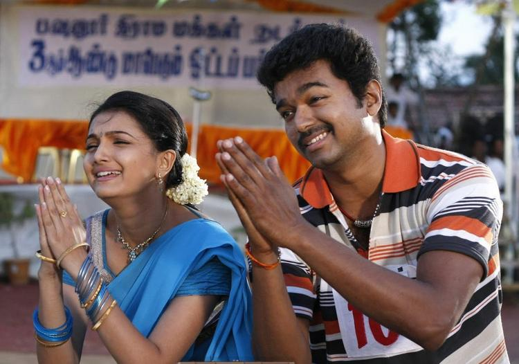 Vijay and Saranya Cute Still in Velayutham Movie