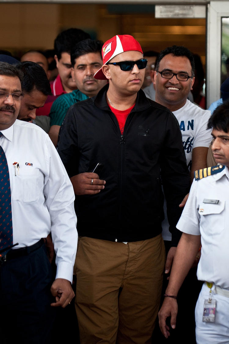 Yuvraj Singh Arrives in Delhi Airport After Completing His Chemotherapy