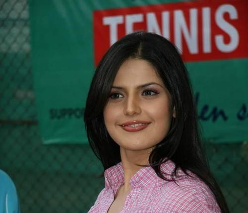 Zarine Khan Cute Smile Pic at Tennis Academy