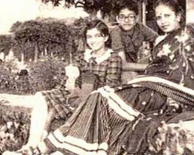 Aishwarya Rai Childhood Photo With Mom And Brother