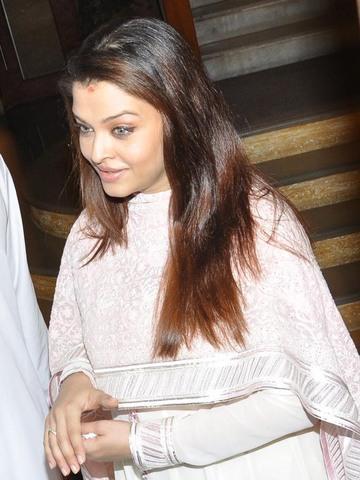 Aishwarya Rai Snapped On 22Nov2011
