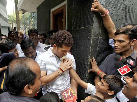 Sachin Tendulkar Receives Sweets From School Children