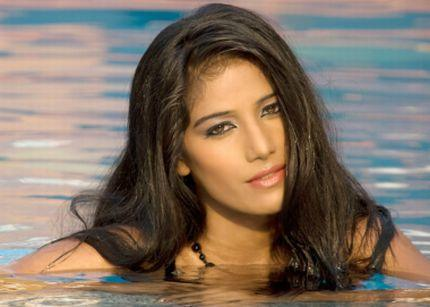 Poonam Pandey Swimming