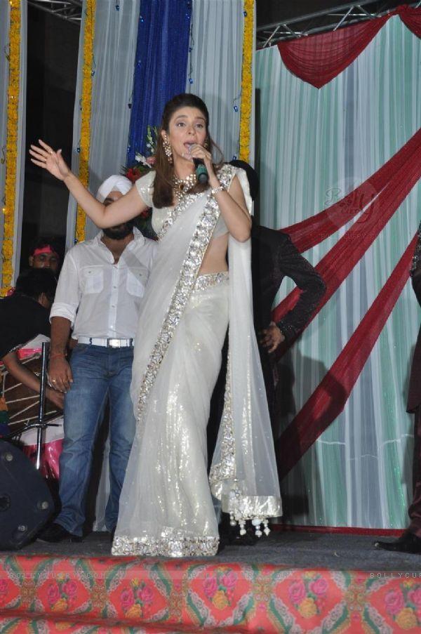 Raageshwari Loomba Singing in a Wedding