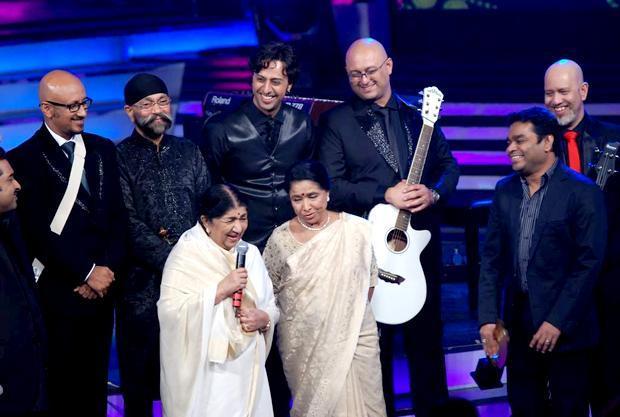 Sisters Lata Mangeshkar and Asha Bhosle on a award function