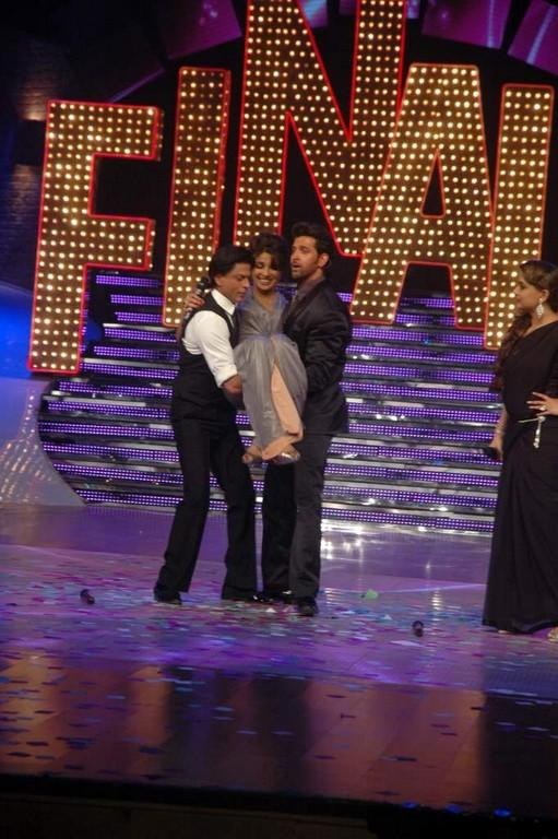 SRK and Hrithik Lifting Priyanka On Stage at the Finale of Just Dance