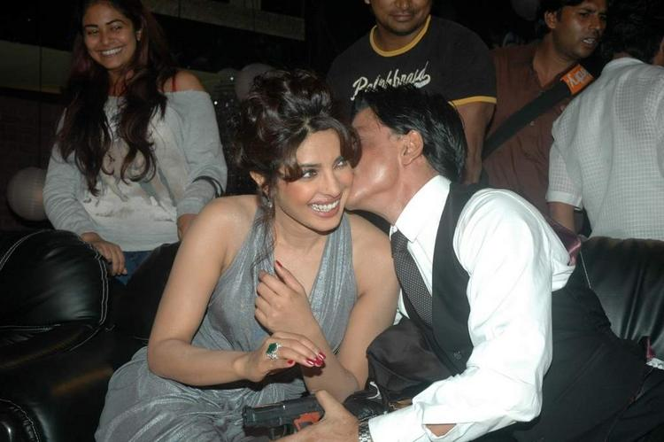 SRK and Priyanka Cosy Up At the Finale of Just Dance