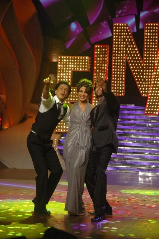 SRK, Priyanka and Hrithik All 3 At the Finale of Just Dance