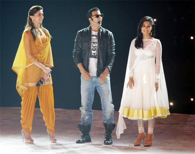 Akshaya Kumar, Deepika Padukone and Chitrangada Singh in closing ceremony of Kabaddi world cup 2011