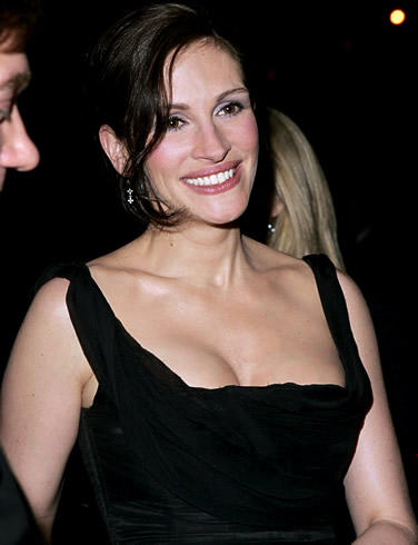 Julia Roberts latest hot open cleavage show