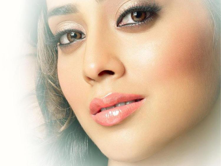 Shraya Sarans Sisey Hd Face Images: Shriya Saran Pink Lips And Romantic Face Wallpaper