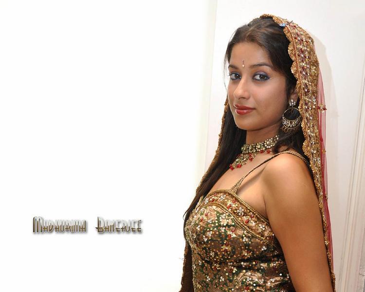 Madhurima Banerjee beautiful image in saree