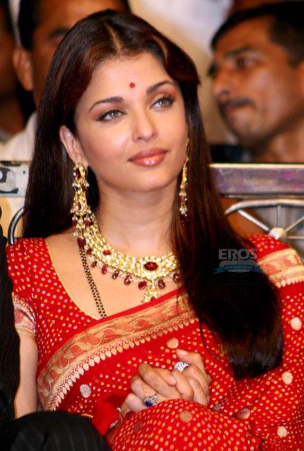In Red Saree Beauty Still at Umang Police Award, Aishwarya Rai ...