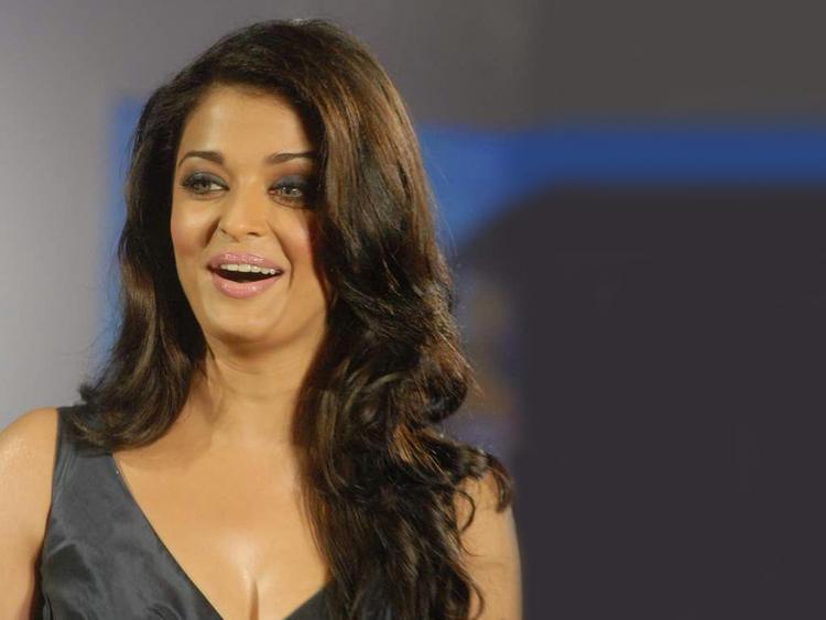 Aishwarya Rai Cute Smile Face Still , Sexy Glamour ...