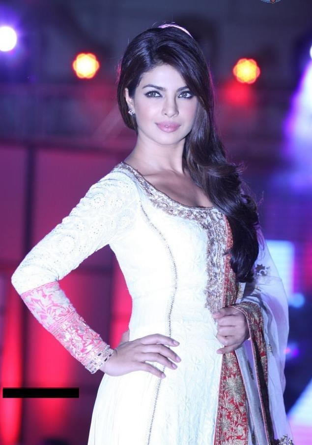 Priyanka chopra walks ramp at pidilite cpaa fashion show shamita