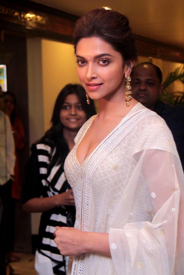 Deepika Padukone Looking Elegant at Priyadarshni Academy Awards 2012