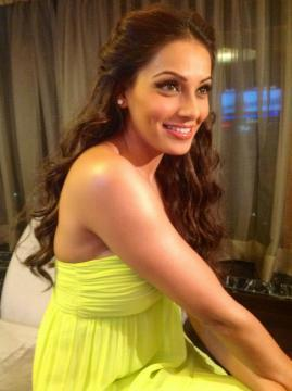 Bipasha Hot Gorgeous In Yellow Pic At BPFT 2012
