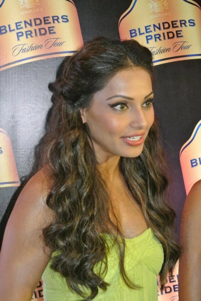 Hair Staill : Bipasha Completed Her Look With Flowing Hair Still Memsaab.com