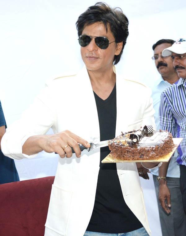 ... His Birthday Cake, King Khan Celebrates His Birthday  Memsaab.com