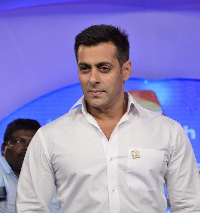 Salman Khan Pose For Camera At IBN 7 Super Idols Award Ceremony